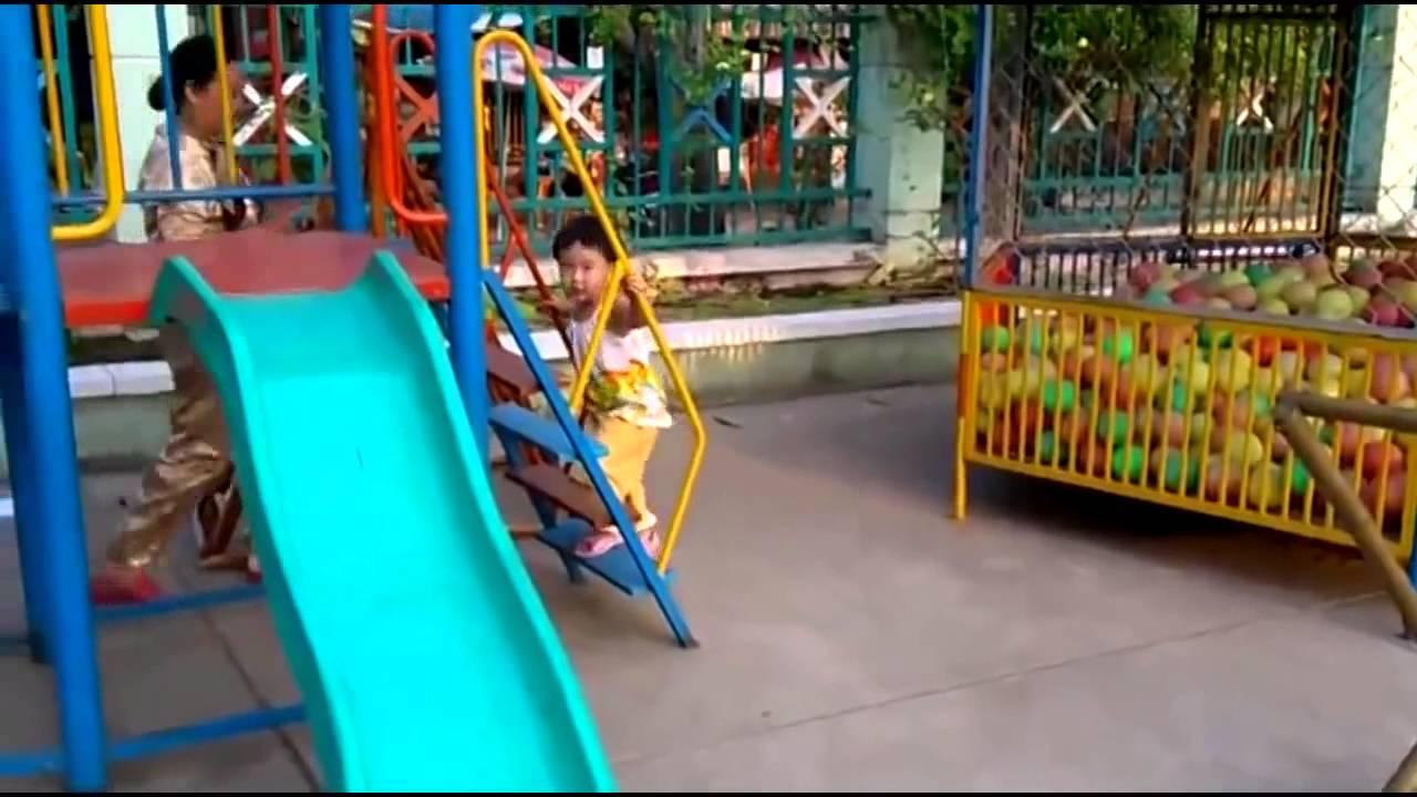 bé chơi cầu trượt